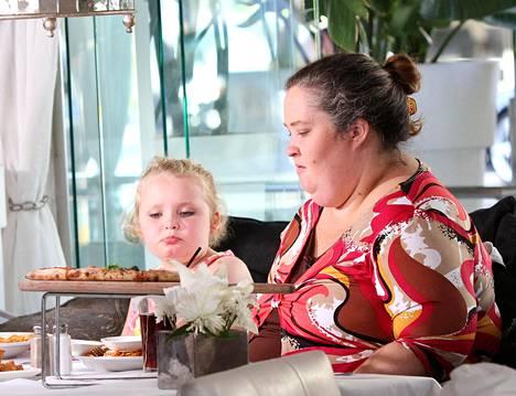 Tältä Honey Boo Boo (vas.) ja tämän äiti June Shannon näyttivät sarjan alkaessa vuonna 2012.