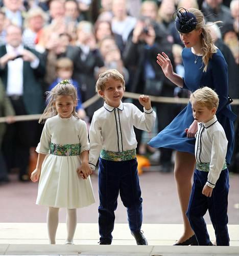 Lapset saapuivat kirkkoon.