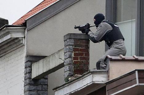 Erikoisjoukkojen jäsen asettumassa asemiin Brysselin eteläosissa.