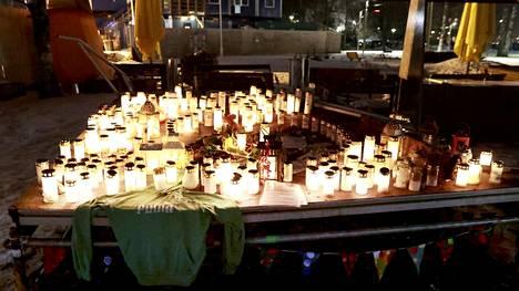 Koskelan surmapaikalla oli kynttilöitä.