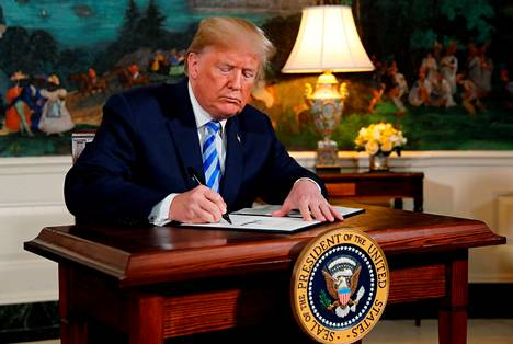 Mustaa valkoiselle. Yhdysvaltain presidentti Donald Trump allekirjoitti päätöksensä irrottaa Yhdysvallat Iranin ydinsopimuksesta.