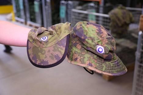 """Lomapuvun kanssa käytettävän baretin lisäksi alokkaat saavat kaksi kesäpäähinettä, lippalakin ja lierihatun. Toisinaan varusmiehet kutsuvat lierihattua leikkisästi """"seikkailuhatuksi""""."""