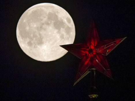 Superkuu valaisi Kremlin tornin tähteä viime viikon sunnuntaina.