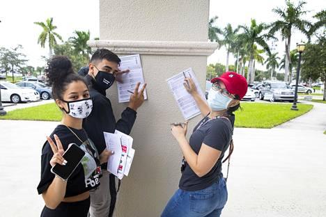 Nuoria äänestäjiä West Palm Beachin äänestyspaikalla.