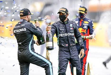 Valtteri Bottas (vas.) ja tallitoveri Lewis Hamilton juhlivat Mercedeksen kaksoisvoittoa sunnuntaina Itävallassa.