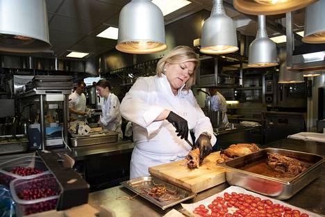Helena tekee yhä pitkää päivää, vaikka Suomessa työvuorot ravintola-alalla eivät ehkä venykään epäinhimillisen pitkiksi.