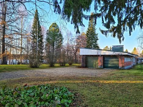 Villa Rosberg sijaitsee lähellä Poroveden rantaa, Iisalmen keskustassa.