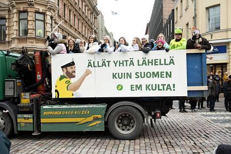 """Tämä lavateksti puhutteli suomalaisia eniten. Lavatekstissä """"Ällät yhtä lähellä, kuin Suomen EM kulta"""" viittaa suomalaiseen jalkapallomenestykseen."""