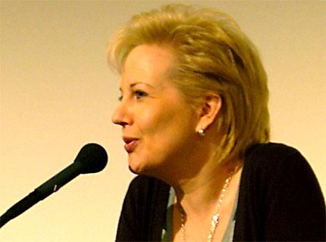 Viestintäministeri Suvi Lindén on huolissaan nimipalvelinongelmasta.