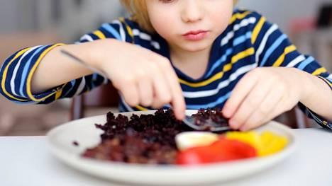 """Perheen kannattaa ruokailla yhdessä ainakin muutaman kerran viikossa, """"Supernanny"""" Pia Penttala muistuttaa uutuuskirjassaan."""
