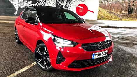 Opel Corsa on uusiutunut edukseen. Lisähinnalla keulaan saa led-matriisivalot. Hot Red -väri sopii hyvin Corsaan.