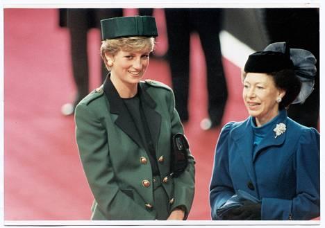 Kuningatar Elisabetin sisko prinsessa Margaret ikuistettuna samaan kuvaan prinsessa Dianan kanssa.