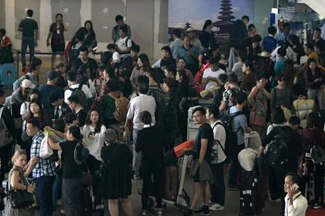 Balilla sijaitseva Ngurah Rain kansainvälinen lentokenttä on suljettu ainakin vuorokaudeksi.