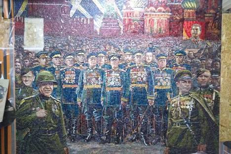 Suuren isänmaallisen sodan voittoa juhlistavassa mosaiikissa huomio kiinnittyy Josif Stalinin kuvaan, jota sotilaat kantavat Punaisella torilla.