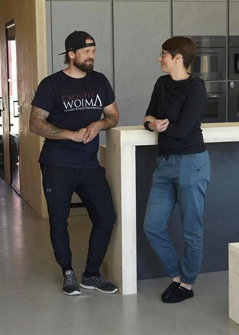 Veljesteco-paritalon asukkaat Mia-Riitta ja Janne Lehtonen ovat olleet aktiivisesti mukana niin talon suunnittelussa kuin rakentamisessakin. Sisustuksessa on hyödynnetty CLT-jämäpaloja. Niistä on tehty esim. penkkejä ja sängyn runko.