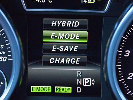 Molemmissa autoissa voi valita, haluaako auton pakottaa käyttämään maksimaalisesti sähköä juuri nyt vai säästääkö akkujen varausta mieluummin esimerkiksi edessä olevaan kaupunkiajoon.