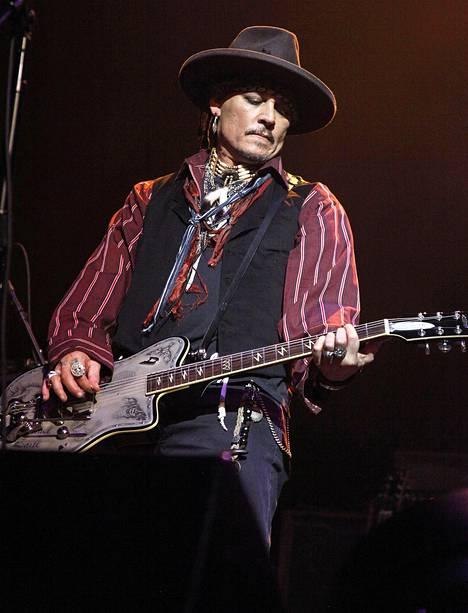 –Hän on loistava näyttelijä, mutta myös mainio kitaristi, sanoo Alice Cooper soittokaveristaan Johnny Deppistä (kuvassa).
