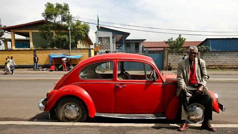 """Addis Abebassa asuva eläkeläinen Siyum Haile, 72, palveli ennen Yhdistyneitä Kansakuntia (YK). Hänen Volkswageninsa on vuodelta 1977. Hän on käyttänyt autoaan 17 vuotta, koska """"se on voimakas, kuluttaa vähän polttoainetta ja useimmille etiopialaisille se on ainoa auto, johon etiopialaisilla on varaa."""""""