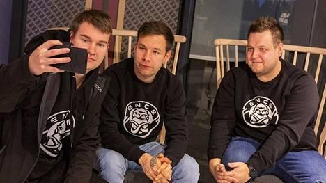 """ENCE-ikoni Aleksi """"allu"""" Jalli (keskellä) ja Joona """"natu"""" Leppänen (oikealla) ottamassa yhteiskuvaa fanitapaamisessa."""