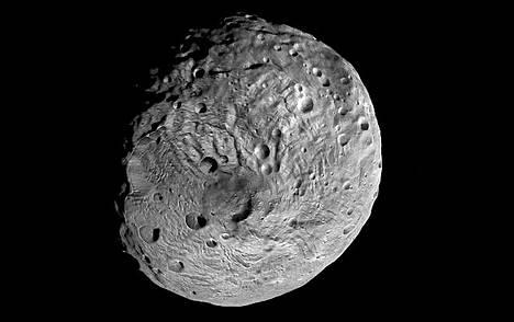 Vestan etelänavan alueella on tumma muodostuma, joka voi olla jäänne muinaisesta iskusta tai asteroidin sisältä virrannesta aineesta.
