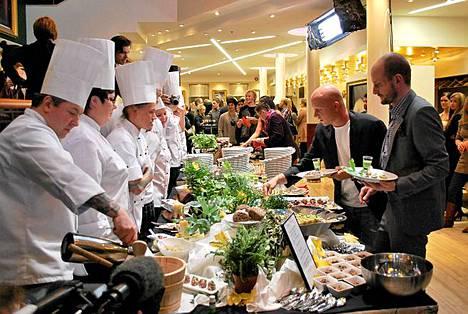Top Chefin tuomarit Stefan Richter ja Hans Välimäki maistelivat kilpailijoiden buffet-tarjoiluita Subin lehdistötilaisuudessa.