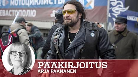 """Yön susien johtaja Aleksandr """"Kirurgi"""" Zaldostanov kuvattuna Krimillä maaliskuussa 2014. Hänen takanaan on rekka, jossa kerrotaan olevan venäläisten moottoripyöräilijöiden humanitaarista apua Sevastopolille."""