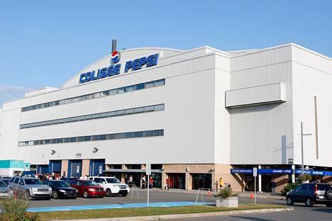 Nordiquesin vanha kotiareena Colisee Pepsi kuvattuna ulkoapäin syksyllä 2009. Se rakennettiin hätäisesti vuonna 1949 edellisen, tulipalossa tuhoutuneen hallin tilalle ja oli jo 1990-luvulla aikansa elänyt.