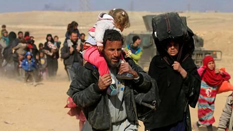Pakenevia siviilejä Mosulin ulkopuolella sunnuntaina.