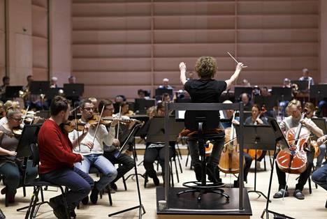 Kapellimestarina Rouvali on niin orkesterin kuin yleisönkin huomion keskipisteenä.