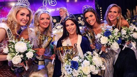 Anna Merimaa, Noona Pölkki, Viivi Altonen, Laura Hautaniemi ja Rebecca Vuorio poseerasivat kameroille tulosten ratkettua.