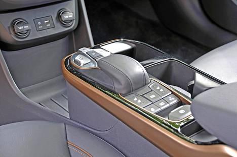 Keskikonsoliin on koottu useimmiten tarvittavia toimintoja sekä lokerot niin mukeille kuin puhelimellekin.