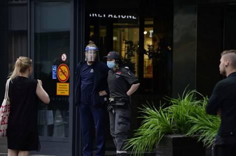 Vartijat pitävät huolen, ettei kukaan pääse sisälle kauppakeskukseen.