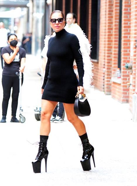 Gaga oli vaihtanut 30 senttimetrin kenkänsä seuraavana päivänä 22-senttisiin stilettokorkoihin.