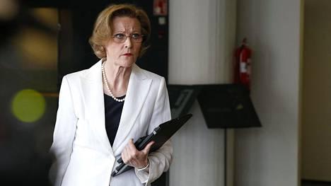 Kihlakunnansyyttäjä Eija Velitski ennen europarlamentaarikko Teuvo Hakkaraisen oikeudenkäynnin alkua Helsingin käräjäoikeudessa.