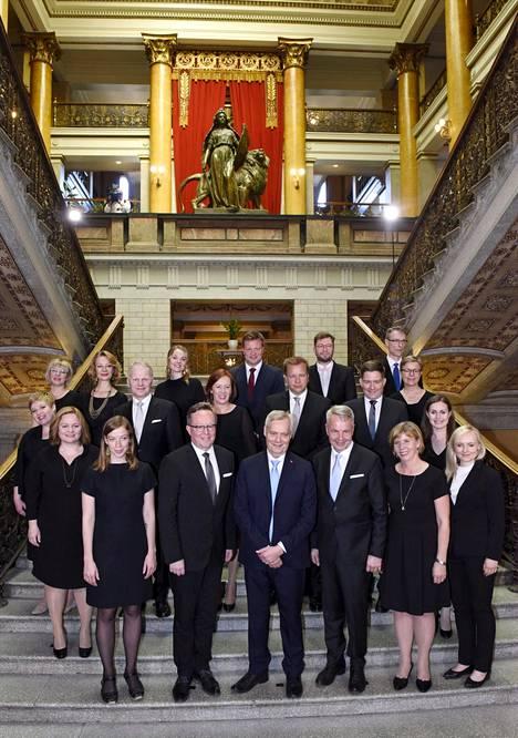 Uusi hallitus ryhmäkuvassa 6. kesäkuuta. Siltä odotettiin selvää muutosta edeltäjänsä linjaan.