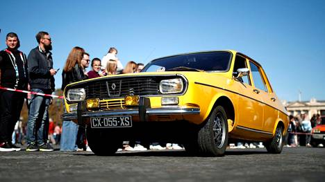 Tämänpäiväisessä autoparaatissa esiteltiin autonäyttelyiden tähtiä takavuosilta. Huomenna tiistaina on lähi- ja kaukaisemman tulevaisuuden uutuusautojen vuoro. Kuvassa paraatiin osallistunut alkuperäiskuntoinen Renault 12.