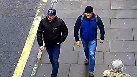 Epäillyt tallentuivat valvontakameran kuvaan Salisburyssä 4. maaliskuuta 2018.