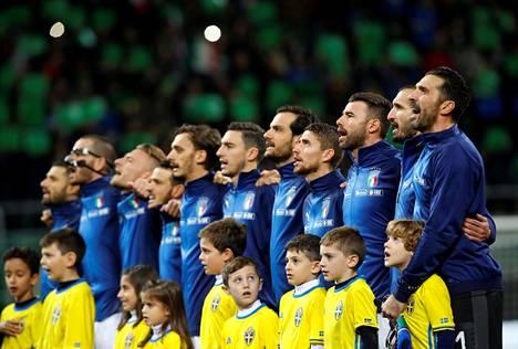 Buffon (oikealla) lauloi oman maansa hymnin tuttuun tapaan täyttä huutoa ja taputti Ruotsin hymnille.