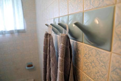 Keraaminen pyyhekoukku on aikaa kestävä yksityiskohta.