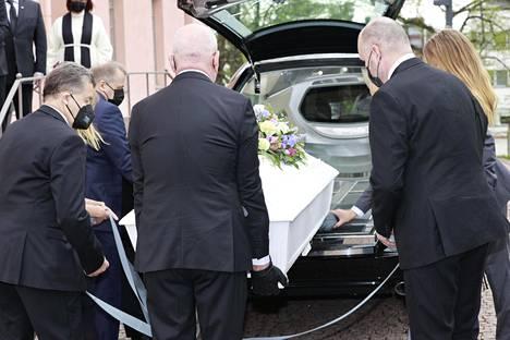 Matti Siitonen kuljetetaan Maseratilla viimeiselle matkalleen.