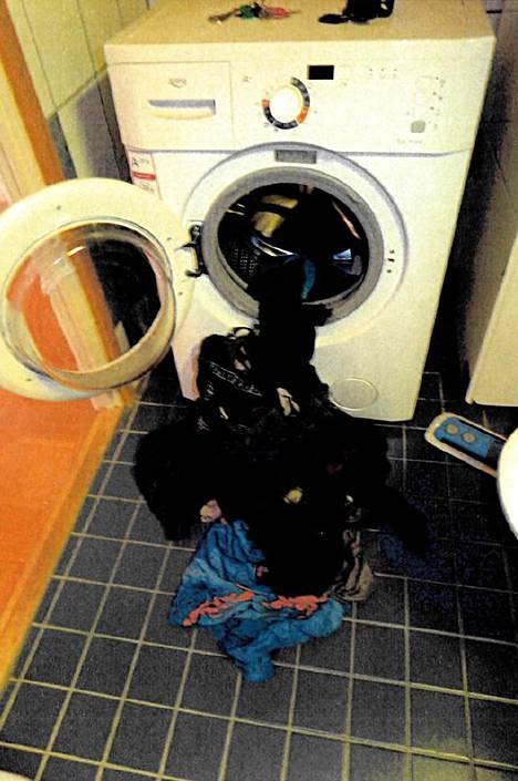 Toinen syytetyistä laittoi veriset vaatteet pesukoneeseen.