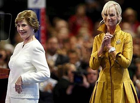 Laura Bush ja Cindy McCain keräsivät republikaanien kokouksessa varoja hirmumyrskyn uhrien auttamiseksi.