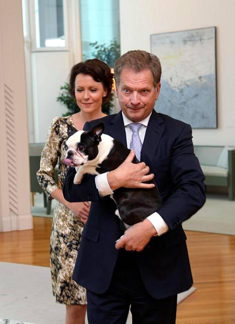 Lennu-koira nauttii suurta suosiota. Taustalla Sauli Niinistön vaimo Jenni Haukio.