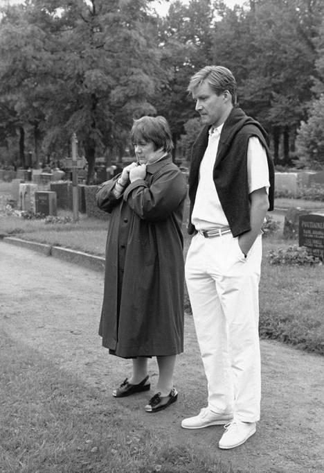 Ritva Valkama ja Taneli Mäkelä Neil Hardwickiin Musta tuntuu -sarjassa. Sarja pyöri alun perin vuonna 1985.