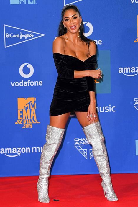 Pitkät saappaat ja minimittainen helma olivat Nicole Scherzingerin valinta.