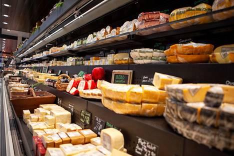 Juustohyllyn aromit ovat kansainvälisiä, sillä tuotteet tulevat eri puolilta Länsi- ja Lounais-Eurooppaa, Englannista sekä Norjasta ja Tanskasta.