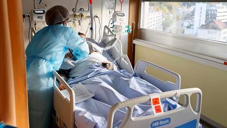 Koronapotilas sairaalahoidossa Genevessä Sveitsissä.