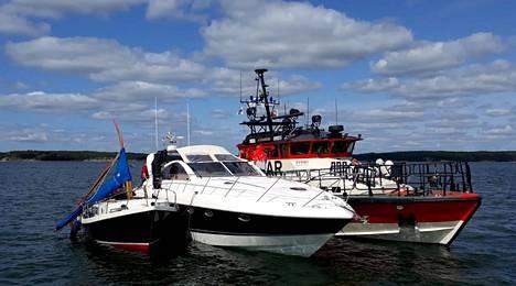 Moottorivene ja purjevene törmäsivät Airistolla lauantaina.