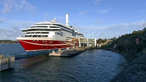 Karille ajanut Viking Linen matkustaja-alus Viking Grace Maarianhaminan satamassa.