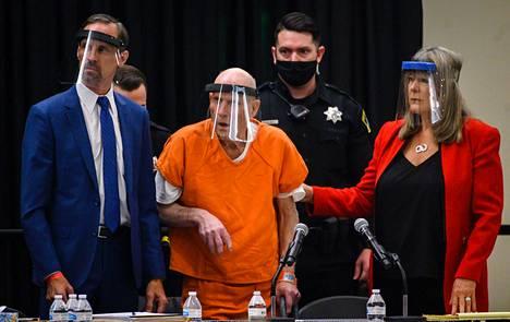 Joseph James DeAngelo tunnusti rikokset maanantaina. Hänet tuotiin oikeudenkäyntiin pyörätuolissa.